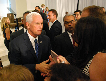 在新制裁发布两天前,副总统彭斯在迈阿密会晤了委内瑞拉流亡者。(Photo credit should read JOSE CARUCI/AFP/Getty Images)