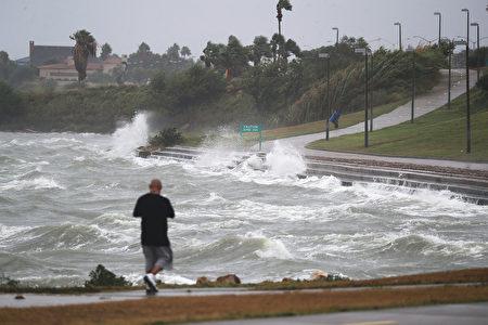 德州聖體市海岸已現波濤洶湧的海浪。(Joe Raedle/Getty Images)