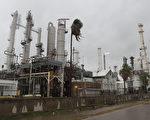 2017年8月25日哈維颶風登陸德州,德州科珀斯克里斯蒂市的一家煉油廠不得不關閉。(Joe Raedle/Getty Images)