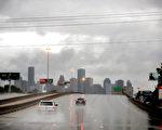 """哈維颶風週日(8月27日)繼續在得克薩斯降下瓢潑大雨,造成休斯頓的""""災難性洪水"""",導致至少1人死亡。機場由於跑道積水關閉。(Scott Olson/Getty Images)"""