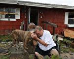 哈維颶風自週五(25日)晚登陸德州後,帶來災難性洪水,給德州部分地區造成嚴重破壞。(Joe Raedle/Getty Images)