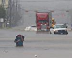哈維颶風肆虐德州,給美國第四大城市休斯頓帶來史無前例的洪水,媒體稱其為「里程碑式」的天災。(THOMAS B. SHEA/AFP/Getty Images)