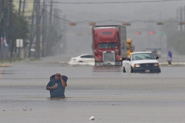 """哈维飓风肆虐德州,给美国第四大城市休斯顿带来史无前例的洪水,媒体称其为""""里程碑式""""的天灾。(THOMAS B. SHEA/AFP/Getty Images)"""