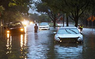 據估計,在哈維颶風過程中,至少有50萬輛汽車遭到水淹。(Erich Schlegel/Getty Images)