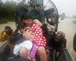 截至週一(28日)下午,熱帶風暴哈維所帶來的歷史性洪水,在美國德克薩斯州造成至少8人死亡。(Joe Raedle/Getty Images)