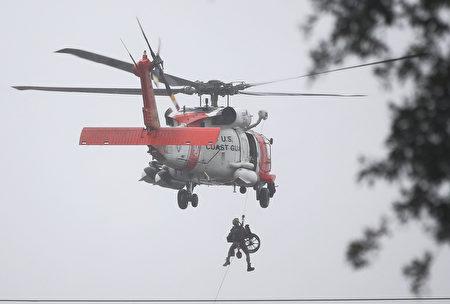 整個德州國民警衛隊已經啟動救援,共部署了16架飛機。(Joe Raedle/Getty Images)