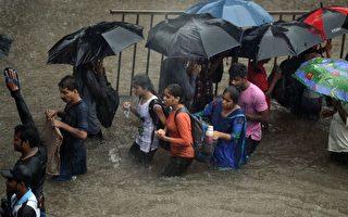 8月29日,印度孟買下了特大暴雨,洪水氾濫。    (PUNIT PARANJPE/AFP/Getty Images)