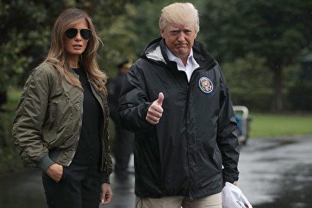川普攜夫人離開白宮,前往德州。(Alex Wong/Getty Images)