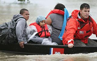 休斯頓的洪水災難正將緊急電話服務推到極限。從週五(8月25日)晚上到週一早上,當熱帶風暴哈維降下創紀錄的雨水,休斯頓的911接線員們處理了75,000個電話。通常情況下,該城市每天接聽8000到9000個電話。許多需要幫助的人抱怨說,他們的電話沒人接聽。( Scott Olson/Getty Images)