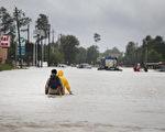 哈维风暴自上周五开始肆虐美国,目前造成至少20多人遇难,其中包括一名在休斯顿经营钟表修理店的中国移民男子。(Scott Olson/Getty Images)