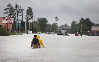 哈維風暴自上週五開始肆虐美國,目前造成至少20多人遇難,其中包括一名在休斯頓經營鐘錶修理店的中國移民男子。(Scott Olson/Getty Images)