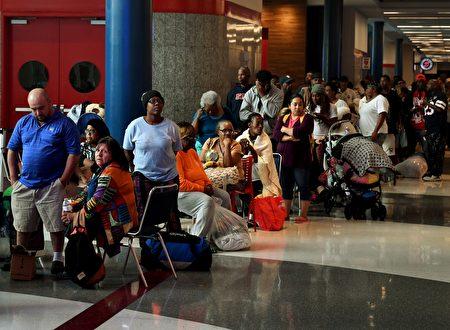休斯頓颶風帶來的洪水造成越來越多的災民,他們離開家湧入喬治·布朗會議中心避難。( MARK RALSTON/AFP/Getty Images)
