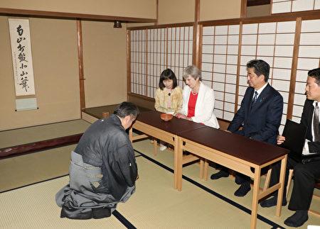 週三,安倍晉三請梅首相品嚐日本茶道。 (STR/AFP/Getty Images)
