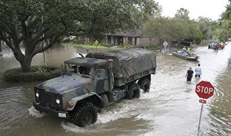 週二,有100多架、2.5噸、能夠在高水位地區移動的美國陸軍卡車從胡德堡(Fort Hood)前往休斯頓淹水地區進行救援行動。(THOMAS B. SHEA/AFP/Getty Images)