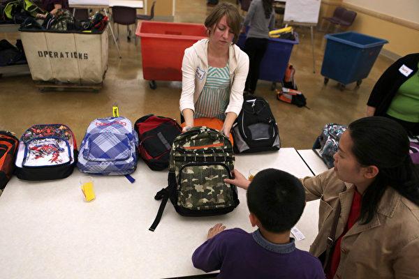 8月25日,洛尔维尔市学生可以花2美元领取一套装满学习用品的书包。(Justin Sullivan/Getty Images)