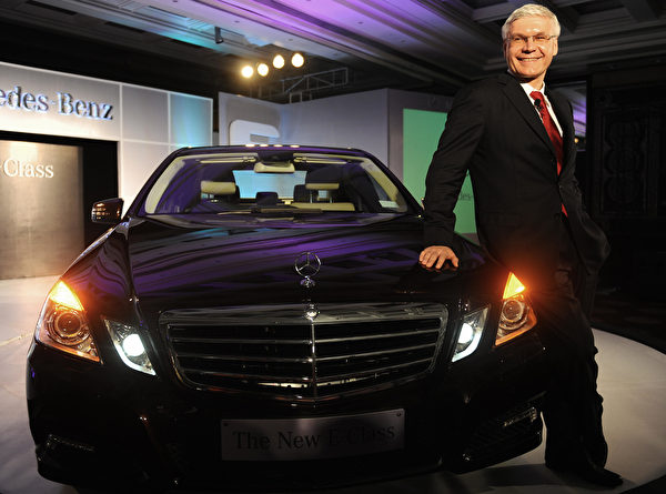 2009年,宾士公司CEO India Wilfried G. Aulbur在发布Mercedes Benz E车款时,向公众推荐这款新车。(MANPREET ROMANA/AFP/Getty Images)