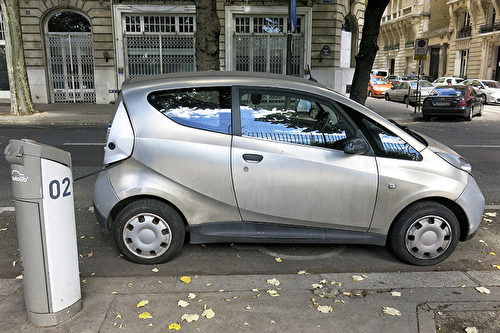 巴黎街頭的自助電力汽車Autolib』車站。(關宇寧/大紀元)