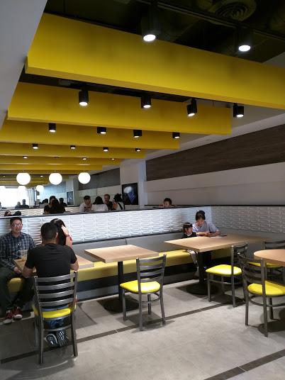 五十岚店内无论是装潢还是摆设都很台式,明亮的黄色基调给人温暖又亲切的感觉。(大纪元)
