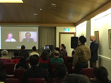 8月12日,澳洲墨尔本博士山市政厅(Box Hill Town Hall)举行纪录片《活摘·十年调查》首映式,观众在影片结束后踊跃提问。(李欣然/大纪元)
