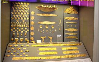 雅典國家考古博物館裡的金飾和鑲金器皿展品。(行雲提供)