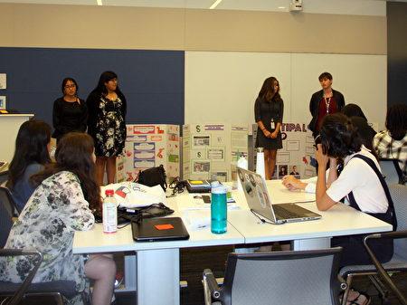 """在AT&T总部,""""编程女孩""""(Girls who code)课堂上毕业的女孩在进行自己的项目简报展示。(李甜/大纪元)"""