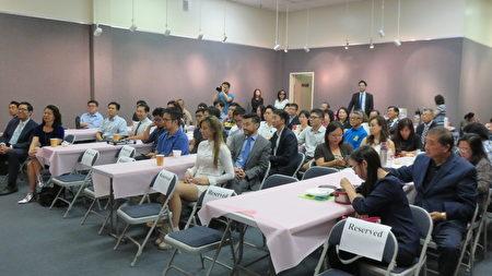侨务委员会委员长吴新兴(左)访洛,5日与台美青年对谈表示,台美第二代、第三代是侨界未来的力量。(袁玫/大纪元)