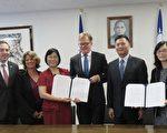 """驻洛杉矶教育组8月21日与加州大学洛杉矶分校签署第二期""""台湾研究讲座""""合作备忘录,继续扩大台湾研究领域。(袁玫/大纪元)"""