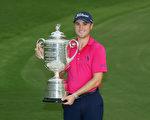 美國24歲高球選手賈斯汀‧托馬斯以兩桿優勢,奪得PGA錦標賽冠軍。(Sam Greenwood/Getty Images)