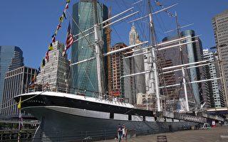 """纽约17号码头和 15号码头是""""自由女神像""""观光游轮登船处。11年来,法轮功学员坚持在这里向中国大陆游客讲述法轮功真相。(记者拍摄)"""