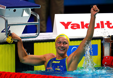 瑞典姑娘捨斯特倫打破封塵多年的50米自由泳世界紀錄,成為最佳女運動員。(Clive Rose/Getty Images)