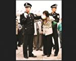 一位法輪功學員在北京天安門被抓捕(ClearWisdom.net*Wikipedia/CC BY-SA3.0)