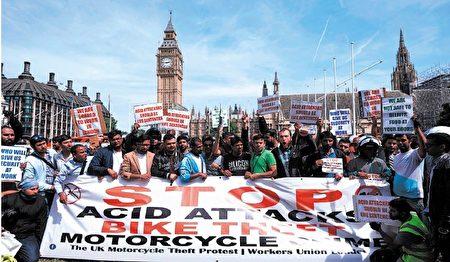 7月18日,摩托车司机和摩托车送餐员在伦敦市中心议会广场举行示威活动,反对7月13日晚发生的连续5起五起泼酸打劫攻击事件。 (NIKLAS HALLE'N / AFP / Getty Images)