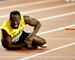 """牙买加""""闪电""""博尔特最后一战,受伤摔倒,告别了自己的职业生涯。 (Andy Lyons/Getty Images)"""