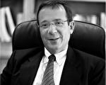 拥有28年执业经验的沃尔特‧霍士德律师(Walter L. Faust  Esq.),专精于意外伤害案件的诉讼,帮助很多民众维护了自己的权益。(律师楼提供)