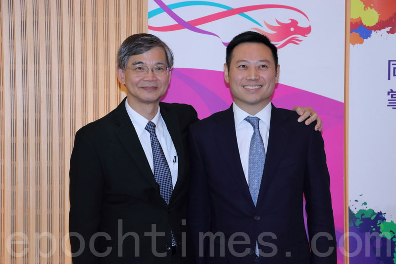 劳工及福利局副局长徐英伟(右)在局长罗致光陪同下见记者,他被问到法定最低工资等问题皆未能回答。(蔡雯文/大纪元)