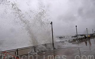帕卡吹襲期間,杏花邨對開海面翻起近3米高大浪,屋苑對開的海濱長廊有海水倒灌,出現輕微水浸。(余鋼/大紀元)