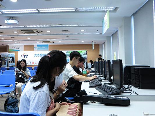 昨日有同学到职业训练局于长沙湾专业教育学院报名。(张晓慧/大纪元)