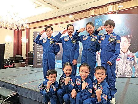 8名小太空人到美国接受完模拟太空人训练后返港,接受传媒访问。(张晓慧/大纪元)