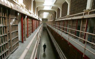 監獄方竟然讓一個被判終身監禁的殺人犯在長達一年多的時間裡修理監獄的鎖頭。 (Robyn Beck/AFP/Getty Images)