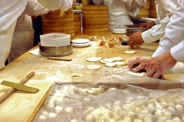 法拉盛一位被压榨工资的中餐馆员工,在与雇主交涉后,向劳工局投诉,不久就收到了雇主寄来的工资,比原来说的钱多了近一千美元。 (Payrick Lin/AFP/Getty Images)