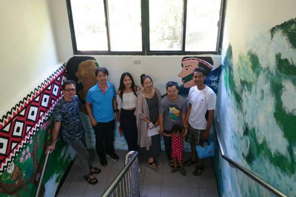 林務局羅東林管處太平山工作站同仁與部落青年討論彩繪主題、設計、草稿 。(羅東林管處提供)