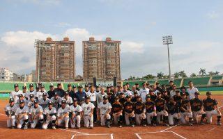 嘉大棒球队(左)与日本宫崎大学棒球队在嘉义市立棒球场合照。(嘉义大学提供)