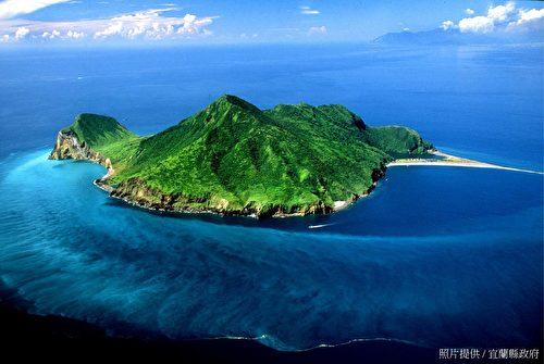 """""""龟山岛""""最迷人的魅力是在不同的位置、气候、潮汐观赏龟山岛,都有不同的景观变化。(宜兰县政府提供)"""