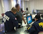 半個月內,紐約社區傳出四名福建籍華人因留有案底,從大陸返美時,在機場遭ICE直接遣返回大陸。圖為一名被移民及海關執法局(ICE)逮捕的非法移民正在打指模。 (ICE提供)