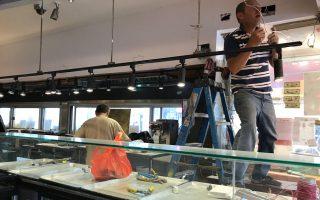 大口福餐廳部分攤位將重新開業,圖為工人在做佈置。 (林丹/大紀元)