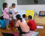"""在""""毛毛虫的蜕变旅程--儿童心灵成长团体"""",邀请周吟桦咨商心理师以游戏、绘本、戏剧、情绪卡……等多元媒材,针对参加成员进行团体工作。(嘉义家扶提供)"""