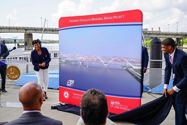 市长鲍泽亲自揭幕新桥的设计样图。(石青云/大纪元)