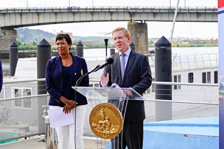 华盛顿交通局局长多姆斯乔介绍桥梁设计的具体细节。(石青云/大纪元)