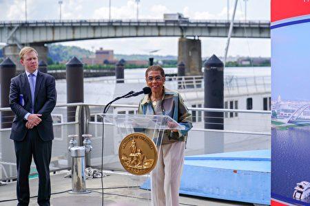 国会议员诺顿认为,新桥对特区内的经济发展和运输十分重要。(石青云/大纪元)
