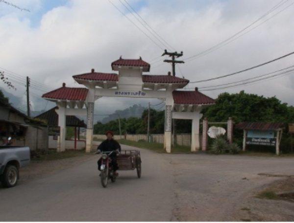 在泰北金三角地區的一個村子口,有著一座拱門,兩旁以漢字寫著「皇恩浩蕩」,但並非指中國的皇,而是泰國普密蓬國王,因為 1980 年時泰國普密蓬國王讓這些逃離中國的雲南人變成泰國公民,走出難民身分。 (圖片來源/黃樹民提供)